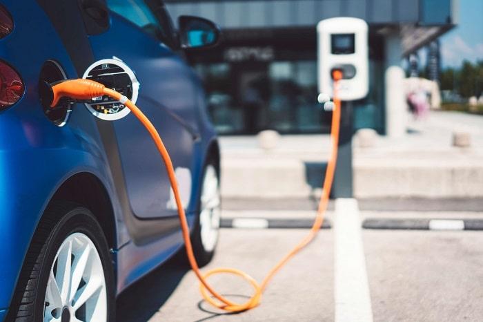 خودرو برقی در حال شارژ